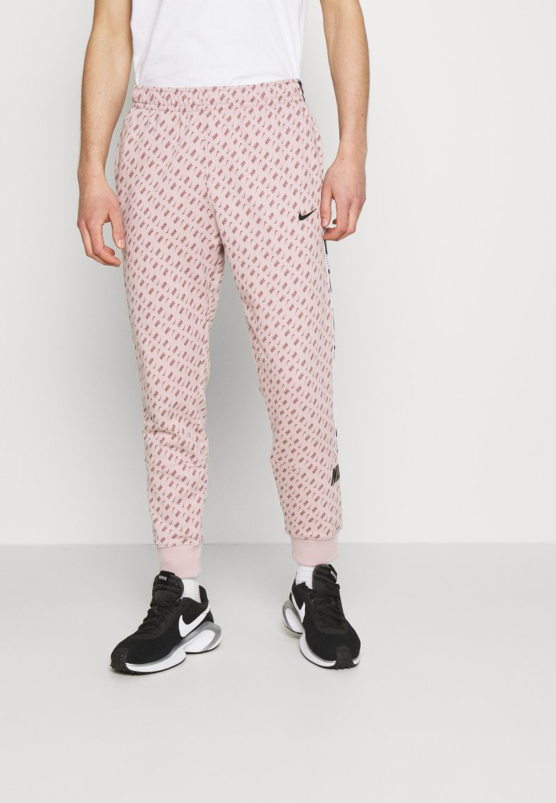 Nike Sportswear - REPEAT PRINT - Pantalones deportivos - champagne/smokey mauve/black