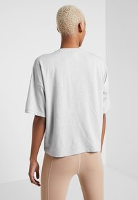 Puma - TEE - Print T-shirt - mottled light grey - 2