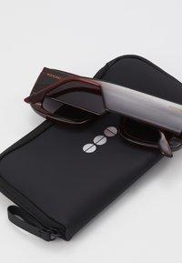 Komono - AVERY - Okulary przeciwsłoneczne - burgundy - 3