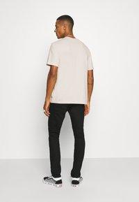 Afends - LEGACY RETRO FIT TEE - Print T-shirt - moonbeam - 2