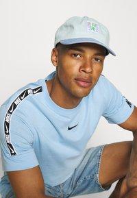Nike Sportswear - REPEAT TEE - T-shirt med print - psychic blue/black - 4