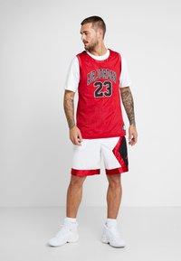 Jordan - JUMPMAN DIAMOND SHORT - Sports shorts - white/gym red/black - 1