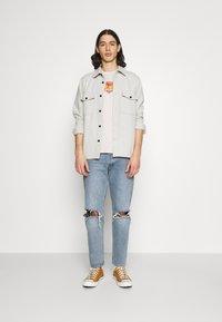 Levi's® - HOUSEMARK GRAPHIC TEE UNISEX - T-shirt con stampa - pumice stone - 1