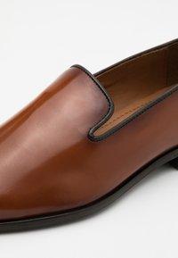 Zign - Elegantní nazouvací boty - cognac - 5