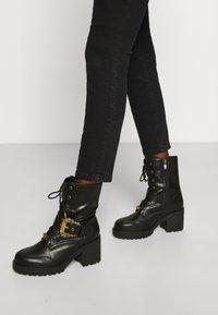 Versace Jeans Couture - Šněrovací kotníkové boty - nero - 0