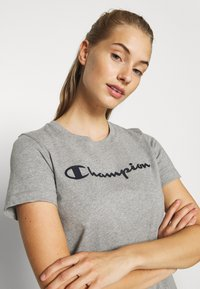 Champion - ESSENTIAL CREWNECK LEGACY - Printtipaita - grey heathered - 4