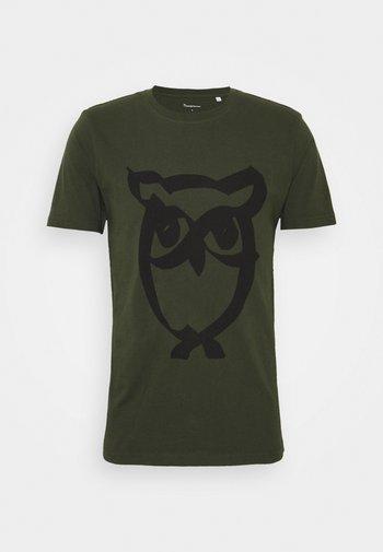 ALDER BRUSED OWL TEE - Triko spotiskem - forrest night