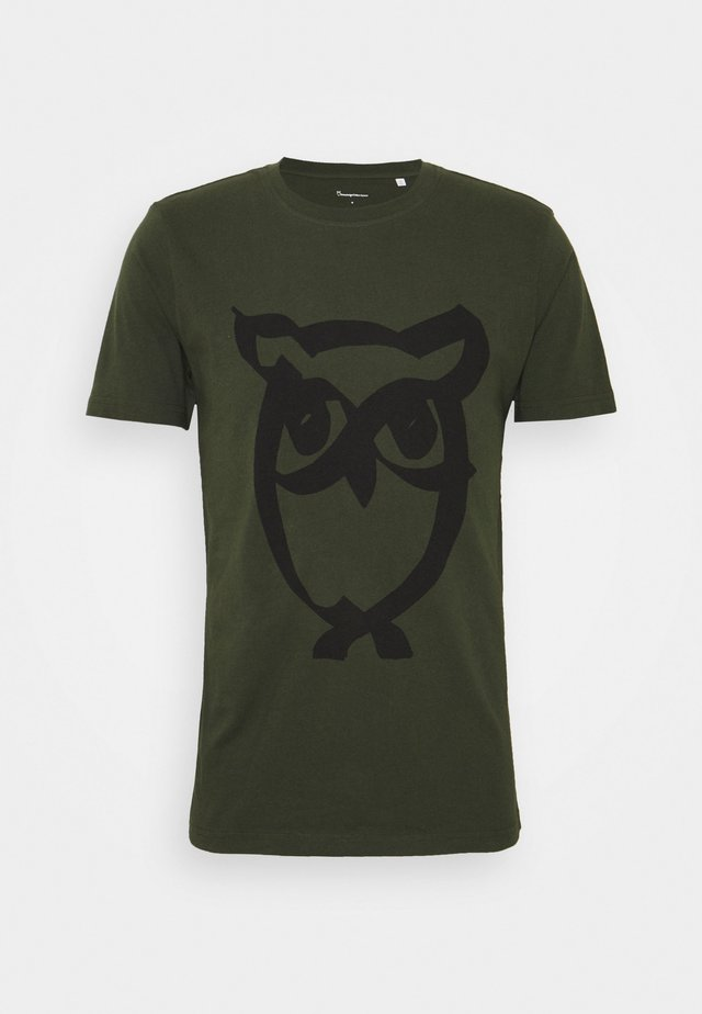 ALDER BRUSED OWL TEE - Triko s potiskem - forrest night