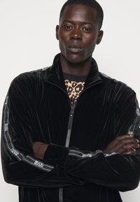 Versace Jeans Couture - MAN LIGHT - Zip-up hoodie - nero - 4