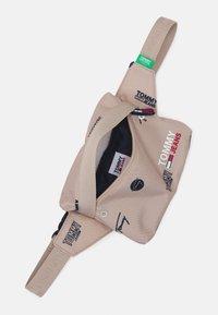Tommy Jeans - CAMPUS BUMBAG PRINT UNISEX - Taška spříčným popruhem - beige - 2