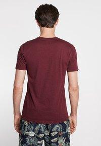 Abercrombie & Fitch - EXPLODED CREW VEE POP  - Print T-shirt - burg crew - 2
