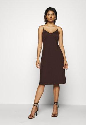 STRAPPY SLIP - Žerzejové šaty - dark mahogany