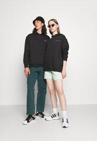 Mennace - ESSENTIAL REGULAR HOODIE UNISEX - Sweatshirt - black - 1