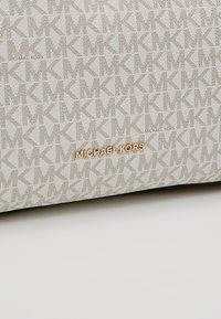 MICHAEL Michael Kors - RAVEN SHOULDER BAG - Kabelka - vanilla - 6