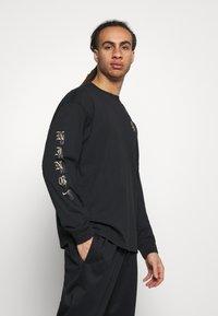 Nike Performance - T-shirt med print - black - 0
