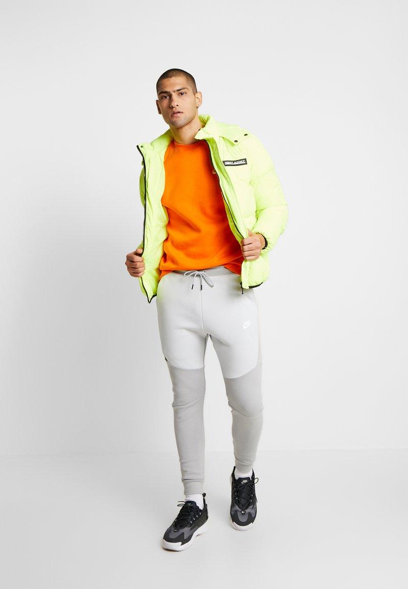 Nike Sportswear Tech Tracksuit Bottoms Smoke Grey Pure Platinum Light Grey Zalando Co Uk