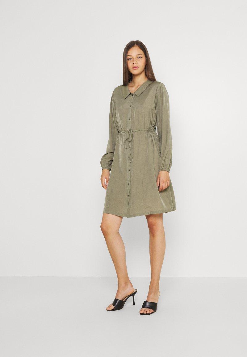 Pieces - PCFRAYSON SHIRT DRESS - Shirt dress - deep lichen green
