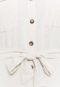 Kaffe Curve - KCLILOA SHIRT DRESS - Shirt dress - light sand - 2
