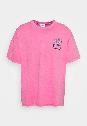 OVERDYE BRANDED TEE - Print T-shirt - pink