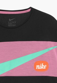 Nike Performance - T-shirt print - black/magic flamingo/emerald rise - 3