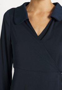 Fashion Union Tall - MELINDA DRESS WRAP FRONT DRESS WITH DEEP CUFF - Vardagsklänning - navy - 4