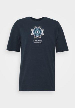 JORCASABLANCA - T-shirt med print - navy blazer