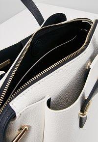 Tommy Hilfiger - CORE SATCHEL - Håndtasker - white - 4