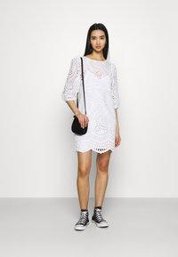 Forever New - MEGAN BROIDERE SHIFT DRESS - Robe d'été - porcelain - 1