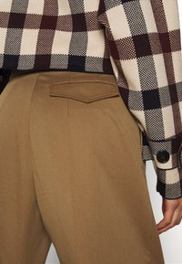 Victoria Victoria Beckham - Shorts - fawn brown - 5