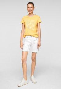 s.Oliver - MIT SOMMERLICHEM DRUCK - Print T-shirt - sunset yellow statement print - 1