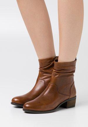 DUSTIN - Kotníkové boty - cognac