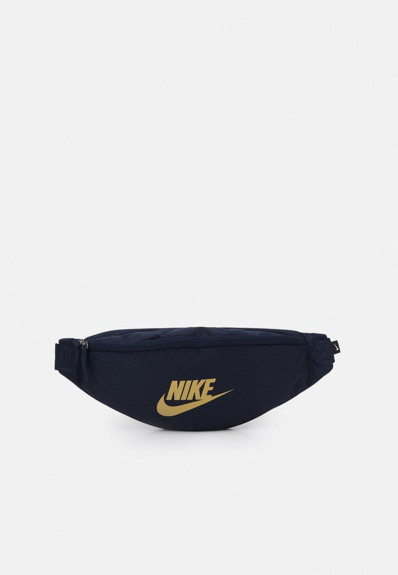 Nike Sportswear - HERITAGE UNISEX - Bæltetasker - obsidian/metallic gold