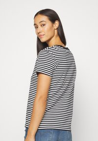 Levi's® - PERFECT TEE - Print T-shirt - black/white - 2