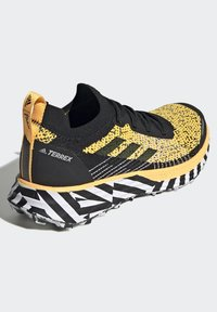 adidas Performance - TERREX TWO TRAIL RUNNING - Løbesko trail - gold - 4