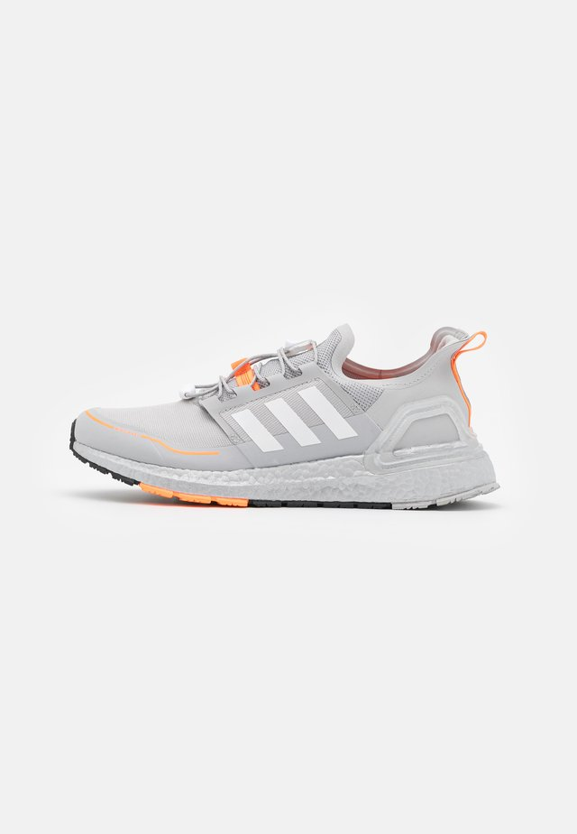 ULTRABOOST PRIMEKNIT RUNNING SHOES - Obuwie do biegania treningowe - grey two/footwear white/signal orange