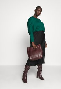 CAPSULE by Simply Be - COLOUR BLOCK HANKY TUNIC - Long sleeved top - forest green - 1