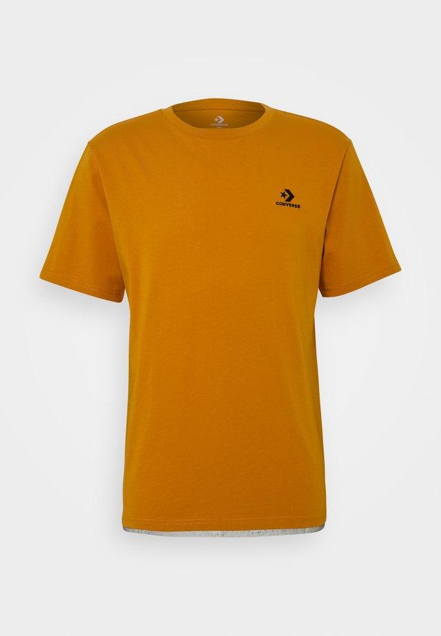 MENS EMBROIDERED STAR CHEVRON LEFT CHEST TEE - Camiseta básica - saffron yellow