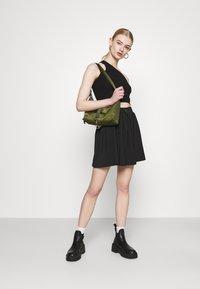 Missguided - PLEATED SIDE POCKET DETAIL SKIRT - Mini skirt - black - 1