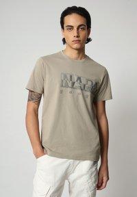 Napapijri - SALLAR LOGO - Print T-shirt - silver sage - 0