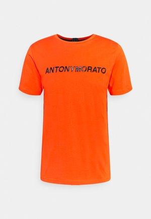 SHINING FOAM LOGO - Camiseta estampada - orange