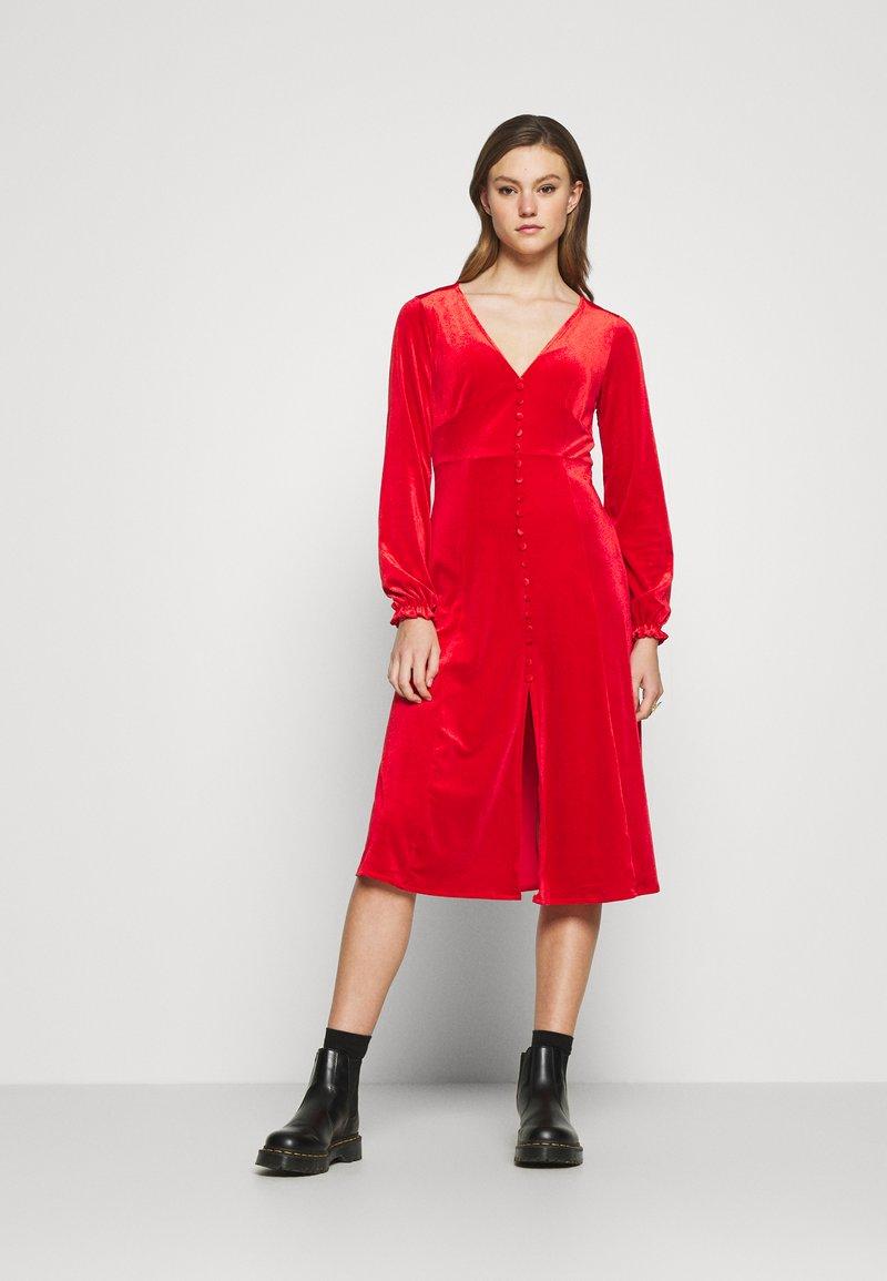 Monki - LOUISA DRESS - Vestido de cóctel - red