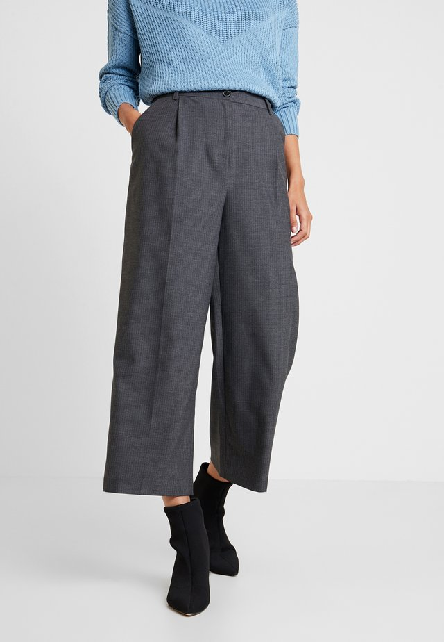 PLEAT DETAILED TROUSERS - Kangashousut - anthracite