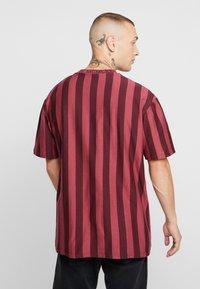 Topman - T-shirt med print - bordeaux - 2