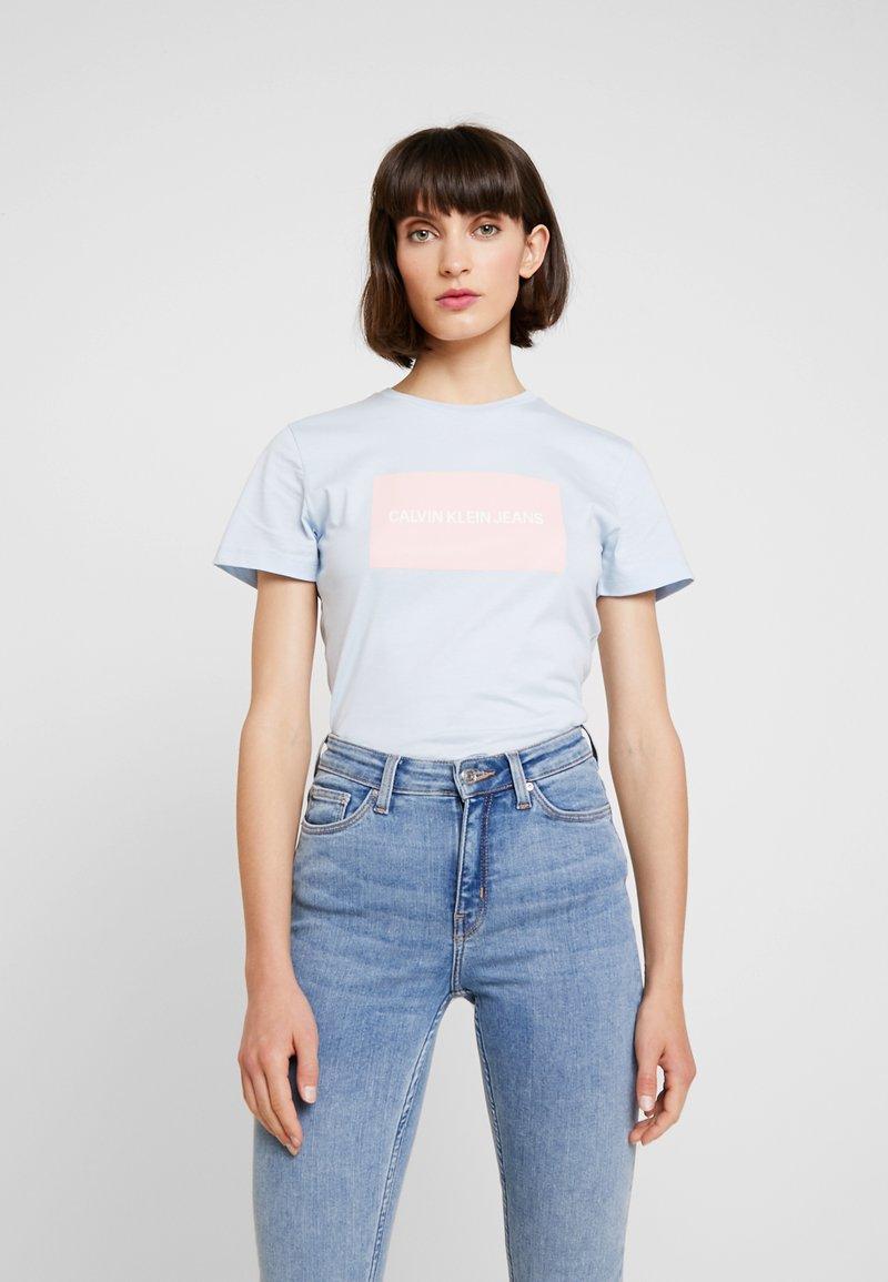 Calvin Klein Jeans - INSTITUTIONAL BOX SLIM TEE - Print T-shirt - skyway/ blossom