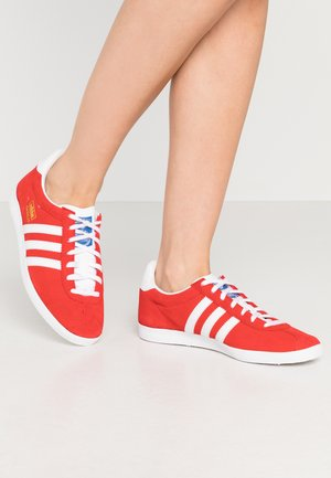 GAZELLE - Sneakers laag - red/footwear white/gold metallic
