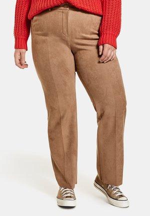 MIT VELOURSLEDER-OPTIK - Pantalones - tannin brown