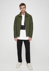 PULL&BEAR - JACKE MIT STRUKTURMUSTER UND REISSVERSCHLUSS 05713533 - Summer jacket - khaki - 1