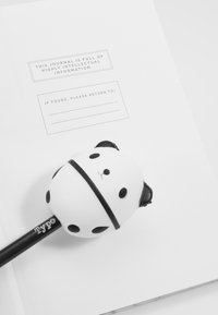 TYPO - JOURNAL NOVELTY JOURNAL SLOTH PEN SET - Accessoires - marble with grey elastic - 2