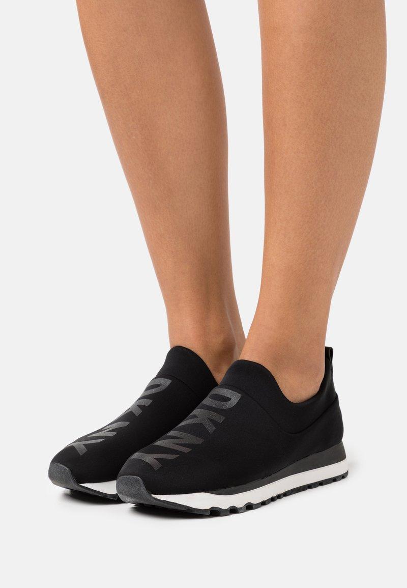 DKNY - JADYN JOGGER - Slippers - black