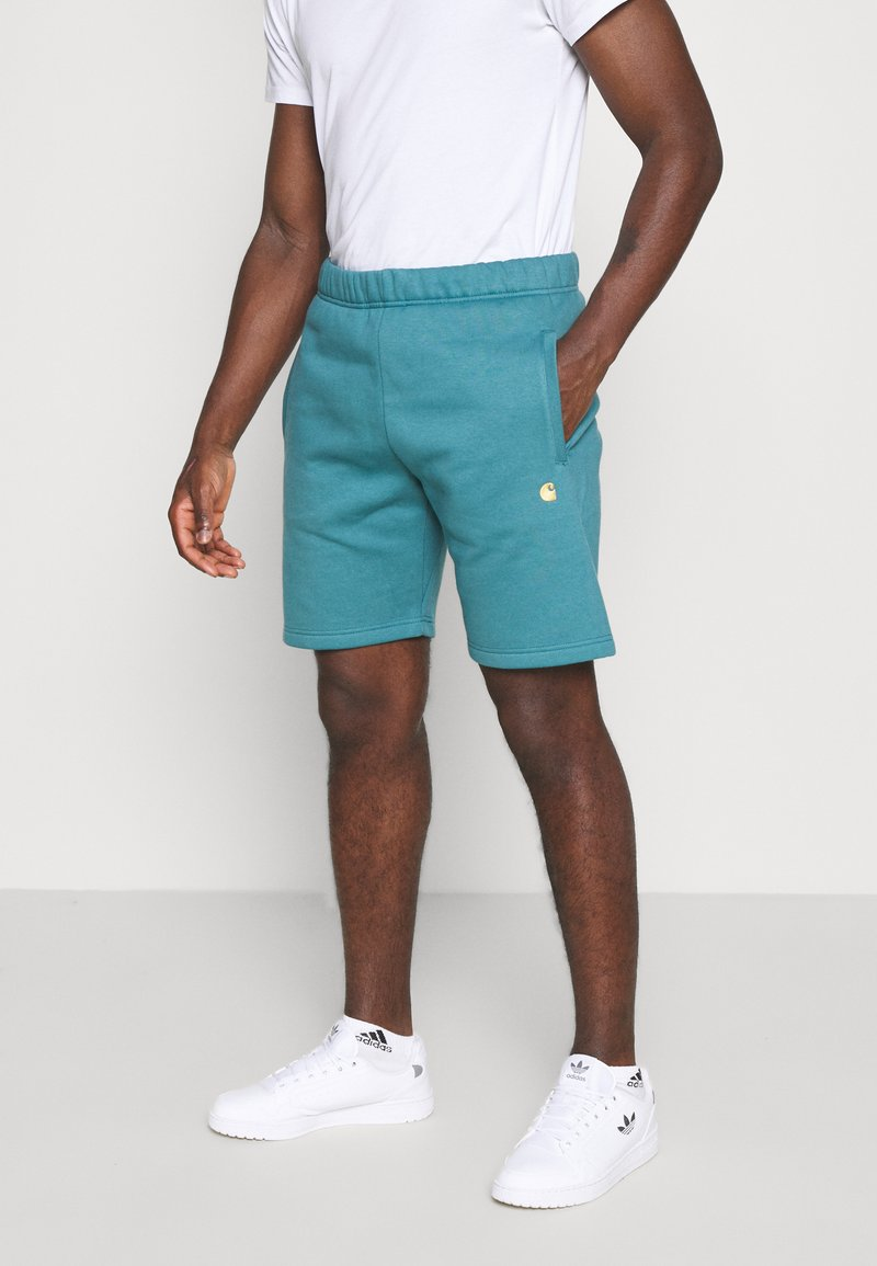 Carhartt WIP - CHASE  - Shorts - hydro/gold